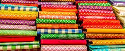 Delta på vårt fast fashion - projekt och lär dig om de etiska problemen med fast fashion industrin i Kambodja.